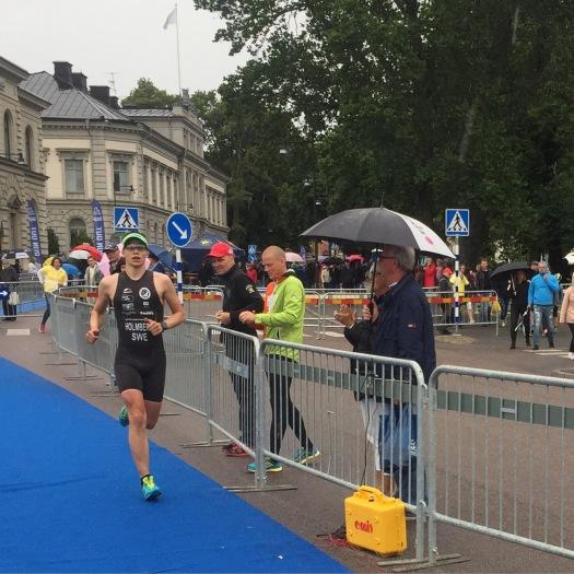 Ut på löpningen påhejad av två sponsorer; Robert från Mighty Sport och Tommy från Öster Cykel
